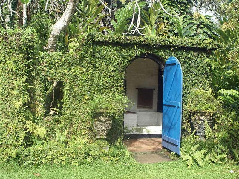 Blaue Tür des Hauses auf dem Anwesen Brief Garden; Foto: November 2006, Kalawila