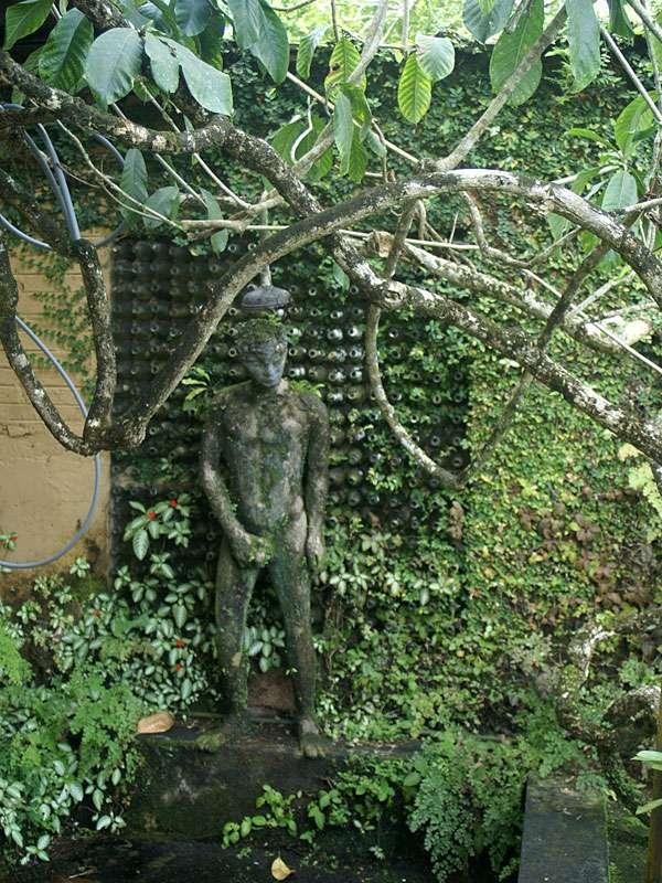 360 in eine Wand gemauerte Weinflaschen in der Hauswand auf dem Anwesen Brief Garden; Foto: November 2006, Kalawila
