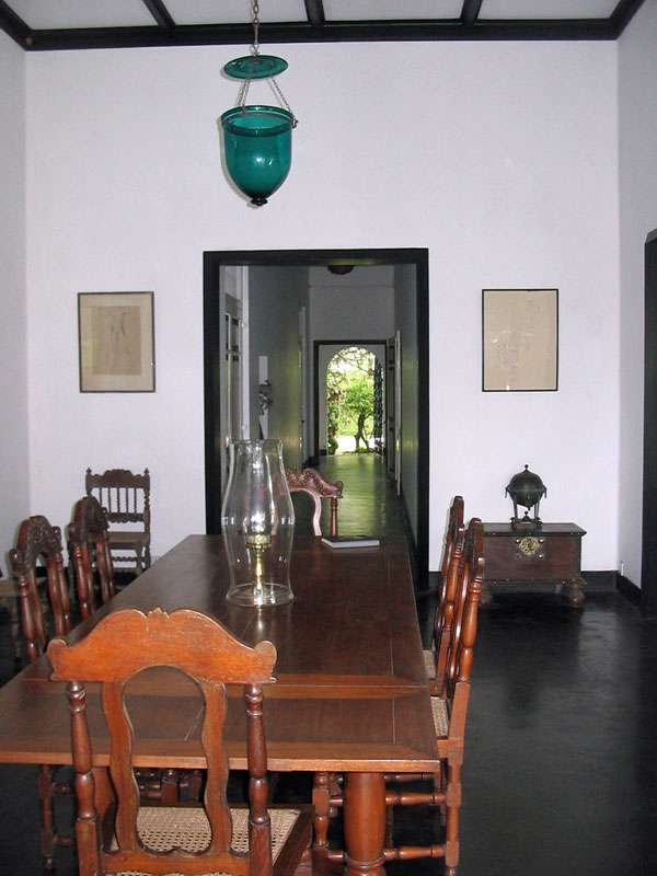 Antike Möbel im Haus auf dem Anwesen Brief Garden; Foto: November 2006, Kalawila