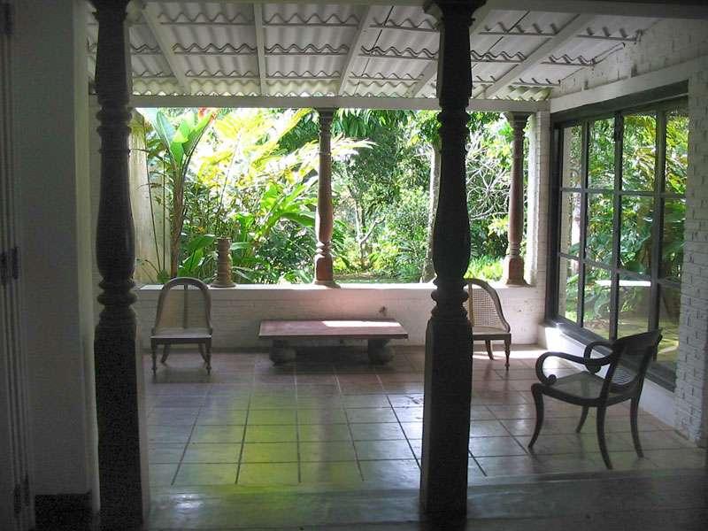 Veranda des Hauses auf dem Anwesen Brief Garden; Foto: November 2006, Kalawila