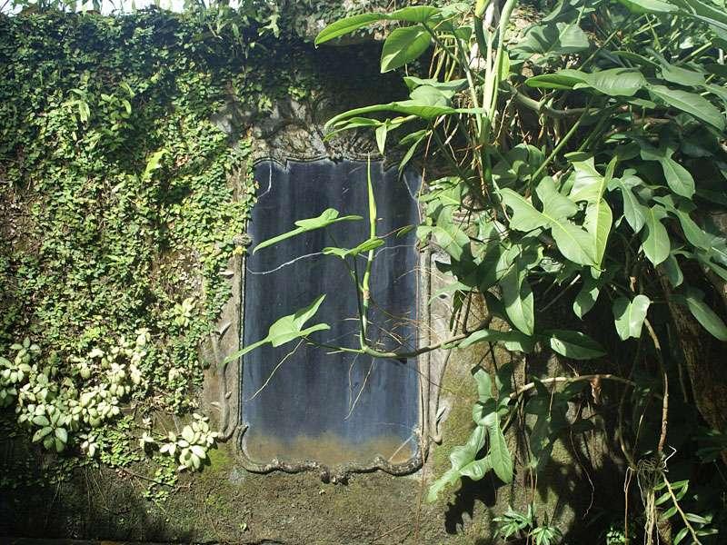 Wandspiegel im Freiluftbadezimmer des Hauses auf dem Anwesen Brief Garden; Foto: November 2006, Kalawila
