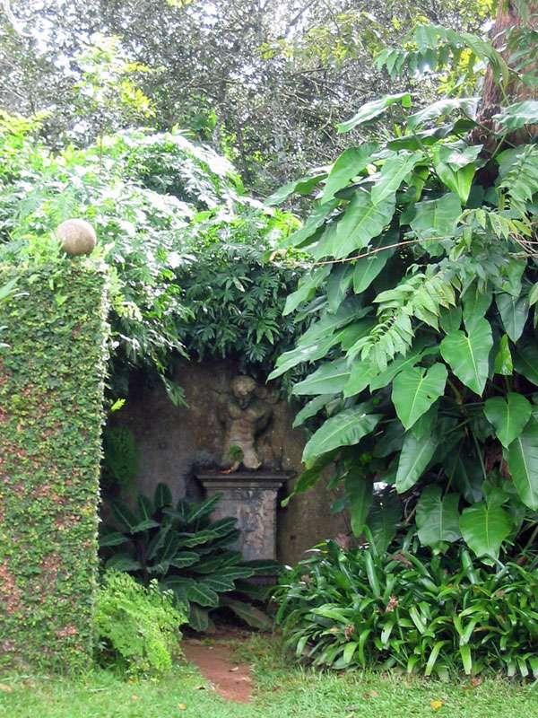 Grüne Nische mit einer Skulptur im Brief Garden; Foto: November 2006, Kalawila