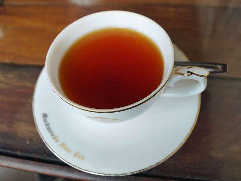 Selbstverständlich kann man den Tee in den Teefabriken vor Ort meist auch direkt kosten; Foto: 18.09.2015, Nähe Nuwara Eliya