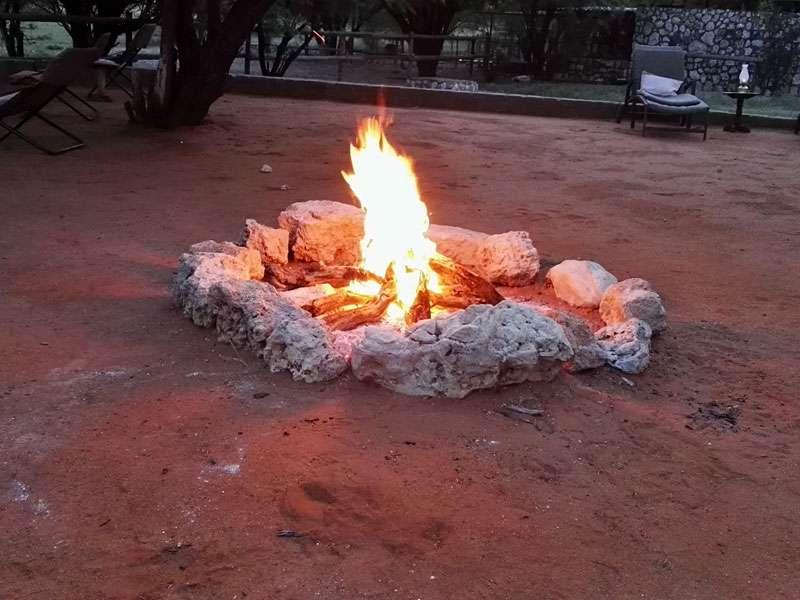 Feuerstelle der Gästelodge; Foto: 22.03.2017, Kuzikus Wildlife Reserve