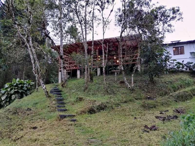 Blick auf das Gebäude der Cabañas San Isidro Lodge, in dem gegessen wird; Foto: 08.12.2017, Nähe Cosanga