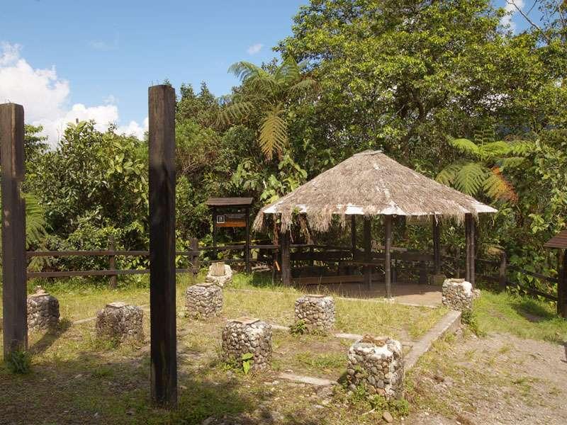 Am Aussichtspunkt steht eine kleine, offene Hütte; Foto: 09.12.2017, Nähe San-Rafael-Wasserfall
