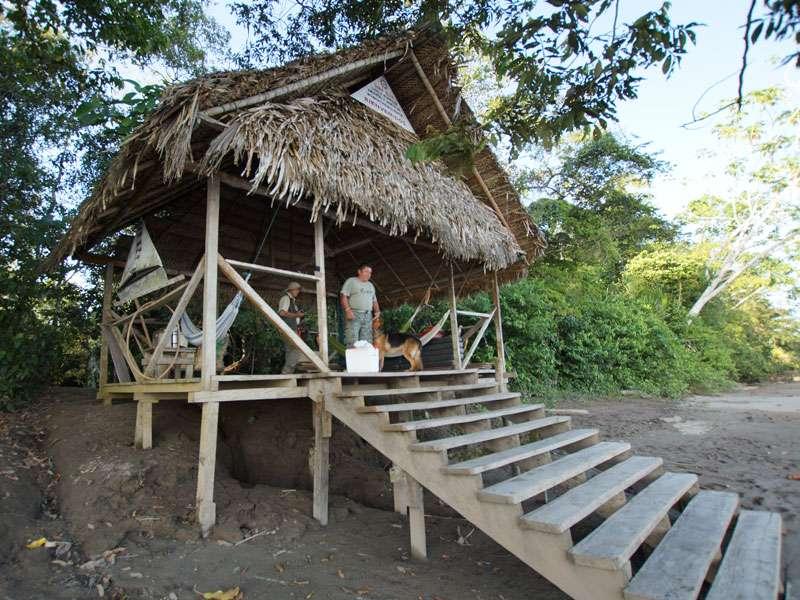 Die Hütte am Landungssteg auf der Insel des Sumak Allpa Projektes; Foto: 10.12.2017, Nähe Puerto Francisco de Orellana
