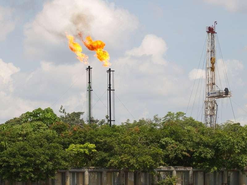 Bei der Ölförderung - hier am Río Napo - werden Gase verbrannt; in den Flammen sterben nachts tausende Insekten; Foto: 11.12.2017, Nähe Limoncocha