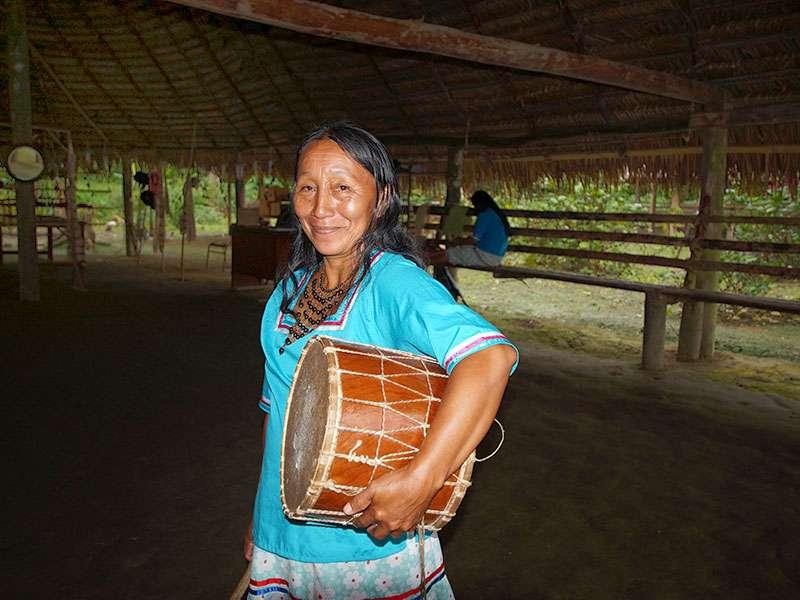 Eine Angehörige der Comunidad Kichwa Añangu mit ihrer Trommel; Foto 12.12.2017, Napo Cultural Center