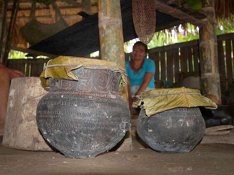 Behälter wie diese werden in der Comunidad Kichwa Añangu zum Lagern von Lebensmitteln verwendet; Foto 12.12.2017, Napo Cultural Center