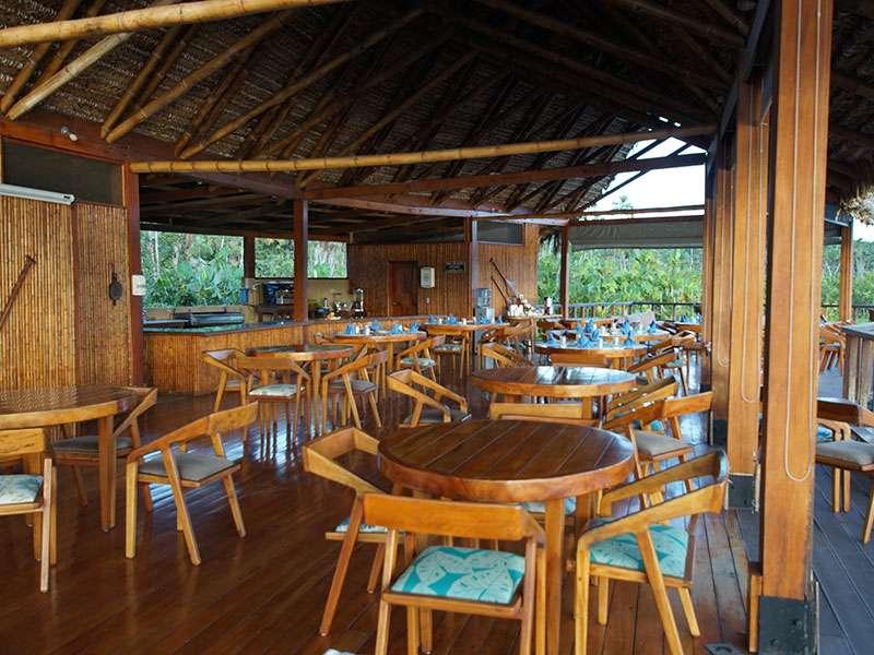 Der Speisebereich der Sacha Lodge ist zu allen Seiten offen und liegt am See; Foto: 17.12.2017