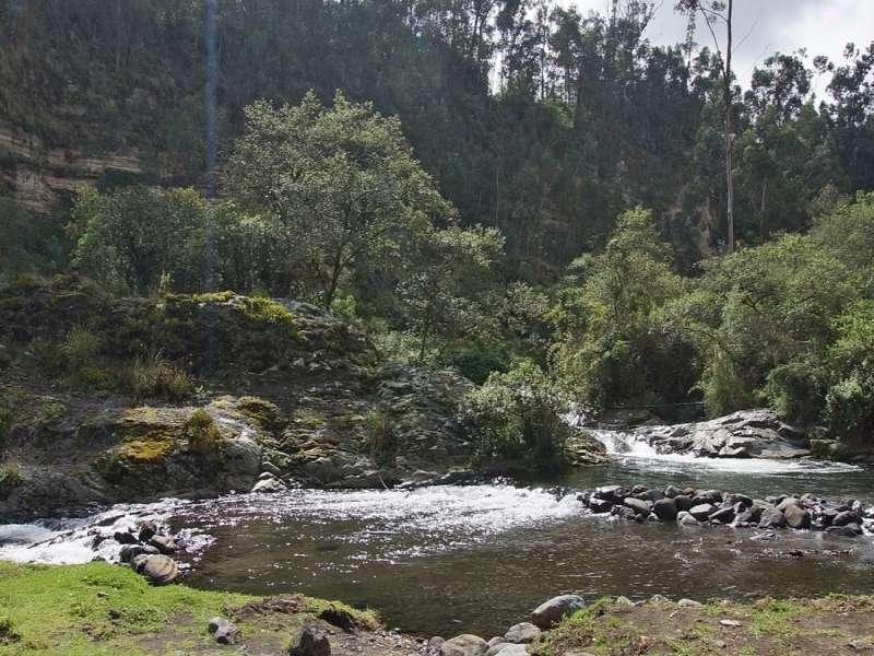 Ein breiter Abschnitt des Río Pita; Foto: 25.12.2017, Wanderweg zum Condor-Machay-Wasserfall