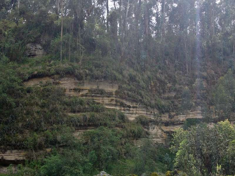 Der vulkanische Ursprung der Wände der Schlucht ist an den Schichtungen deutlich zu erkennen; Foto: 25.12.2017, Wanderweg zum Condor-Machay-Wasserfall