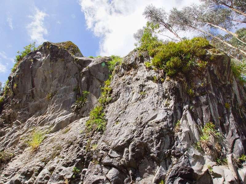 Der Río Pita hat sich tief in das Vulkangestein eingeschnitten, so dass die Felswände rechts und links steil emporragen; Foto: 25.12.2017, Wanderweg zum Condor-Machay-Wasserfall