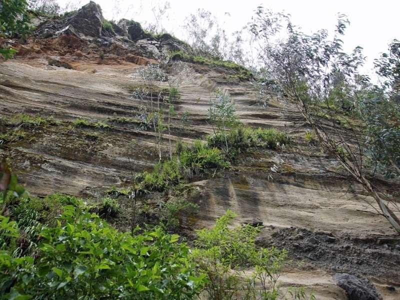 Schicht um Schicht haben die Vulkane der Region in der Vergangenheit Material abgelagert; Foto: 25.12.2017, Wanderweg zum Condor-Machay-Wasserfall