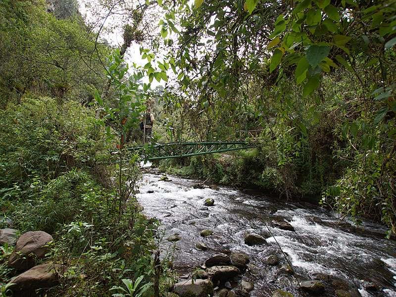 In der Schlucht spannen sich mehrere kleine Brücken über den Río Pita; Foto: 25.12.2017, Wanderweg zum Condor-Machay-Wasserfall