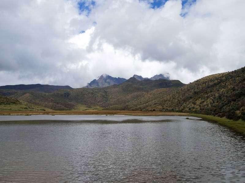 Hinter der Laguna de Limpiopungo sind die drei Spitzen des Rumiñahui zu sehen; Foto: 26.12.2017, Cotopaxi-Nationalpark