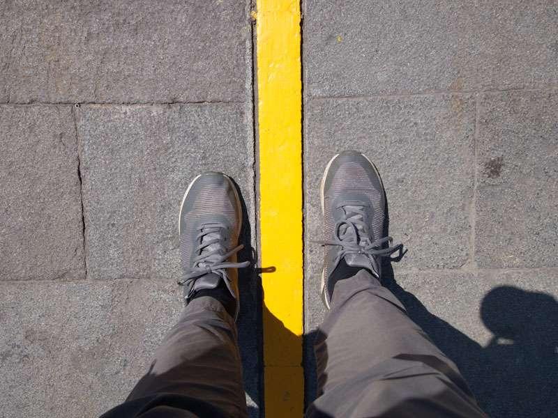 Eine gelbe Linie symbolisiert am Äquatordenkmal 'La Mitad del Mundo' den geografisch wichtigen Großkreis; Foto: 23.12.2017, San Antonio de Pichincha