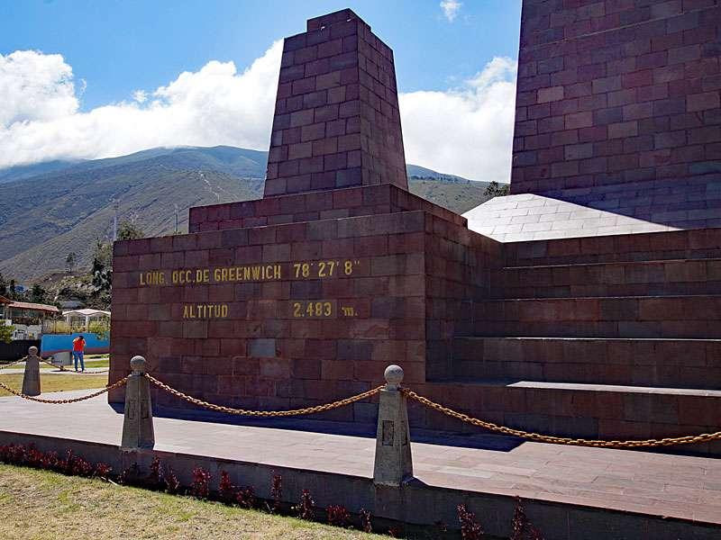Das Äquatordenkmal 'La Mitad del Mundo' befindet sich auf 78° 27' 8'' westlicher Länge und einer Höhe von 2.483 m; Foto: 23.12.2017, San Antonio de Pichincha