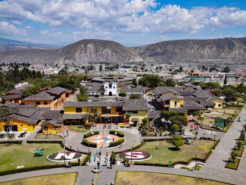So sieht auf dem Äquatordenkmal 'La Mitad del Mundo' die Aussicht Richtung Osten aus; Foto: 23.12.2017, San Antonio de Pichincha