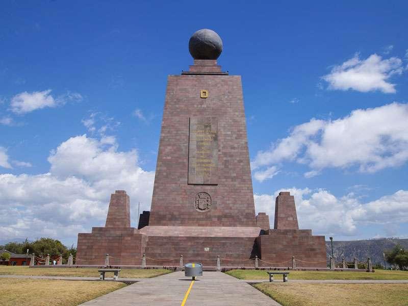 Die Kugel auf dem Äquatordenkmal 'La Mitad del Mundo' symbolisiert die Erde; Foto: 23.12.2017, San Antonio de Pichincha