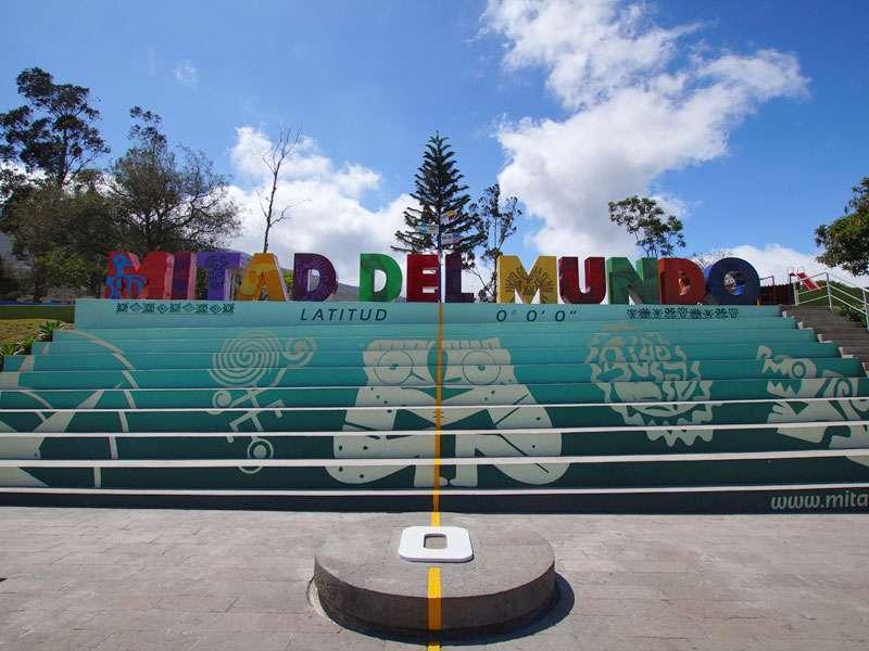 Bunt gestaltete Treppe am Äquatordenkmal 'La Mitad del Mundo'; Foto: 23.12.2017, San Antonio de Pichincha