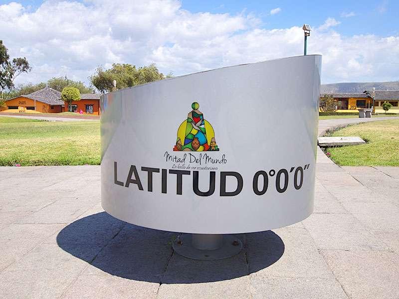 Das Äquatordenkmal 'La Mitad del Mundo' liegt auf dem Breitengrad 0° 0' 0''; Foto: 23.12.2017, San Antonio de Pichincha