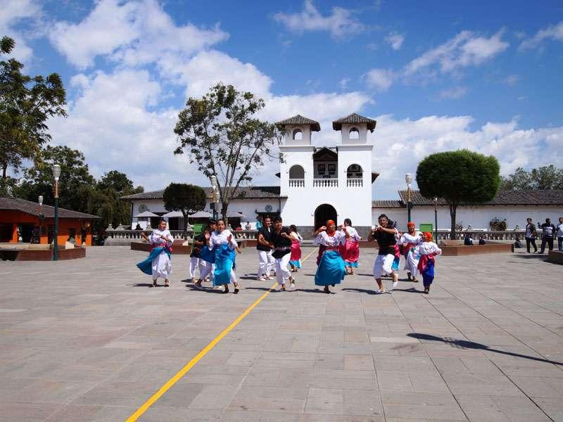 Auftritt einer traditionellen Tanzgruppe am Äquatordenkmal 'La Mitad del Mundo'; Foto: 23.12.2017, San Antonio de Pichincha