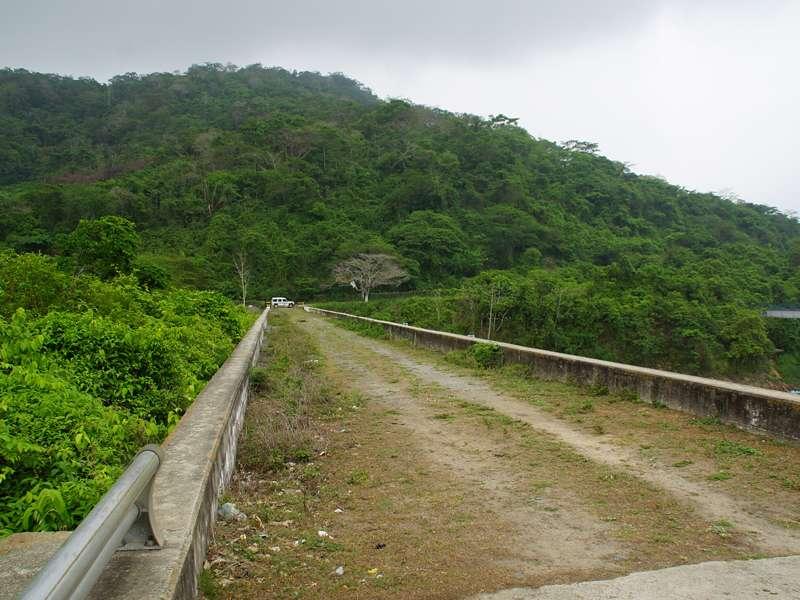 Die Staumauer des Embalse El Peñon; Foto: 18.04.2013, Nähe Canoabo