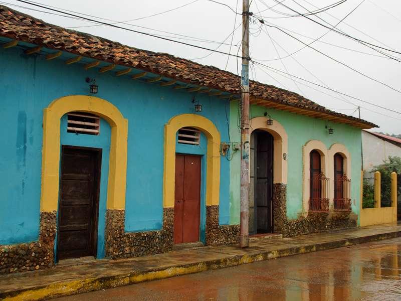 Bunte Gebäude in Canoabo nach einem kräftigen Regenschauer; Foto: 18.04.2013, Canoabo